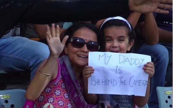 Девочка пришла на стадион и очаровала армию болельщиков. В руках у неё был плакат, и он с особенным посланием